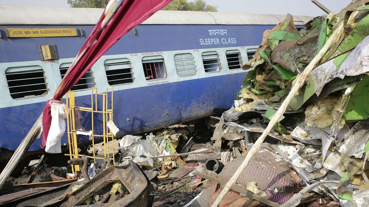 En svår tågolycka inträffade i Indien tidigt på söndagsmorgonen då 14 vagnar på Indore-Patna Express spårade ur.
