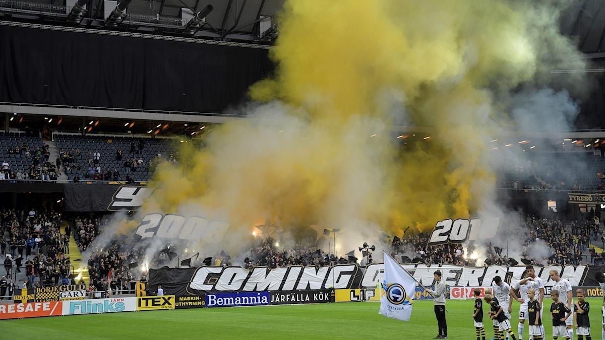 Bengalerna brinner på AIK-läktaren före den allsvenska fotbollsmatchen mellan AIK och BK Häcken på Friends Arena den 1 september.