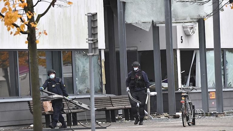Poliser röjer upp vid den sprängda entrén till polishuset i Helsingborg