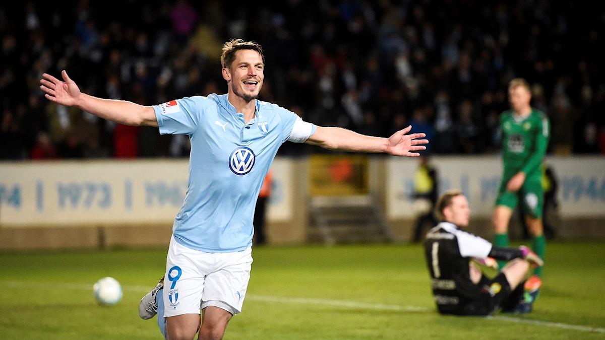 Malmös Markus Rosenberg jublar efter sitt 2-0 mål under sista omgången i allsvenskan 2016 mellan Malmö FF och Hammarby IF på Swedbank Arena i Malmö.