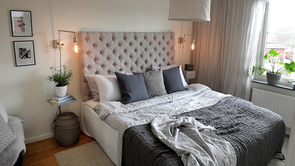 Ett sovrum med en säng