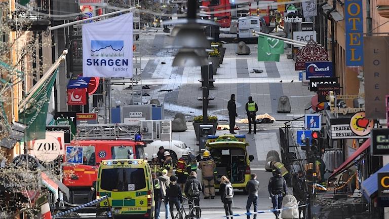 Attentatet i Stockholm. Räddningstjänst jobbar med att hjälpa skadade.