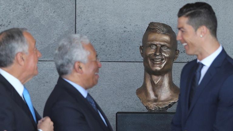 Portugals president Marcelo Rebelo de Sousa, Portugals Premiärminister Antonio Costa och Real Madrid's Cristiano Ronaldo står bredvid statyn.