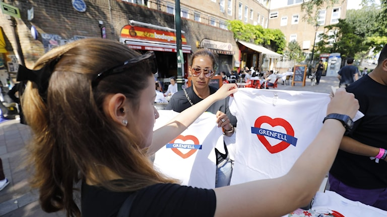 Notting Hill gatufestival, t-shirt med texten Grenfell.