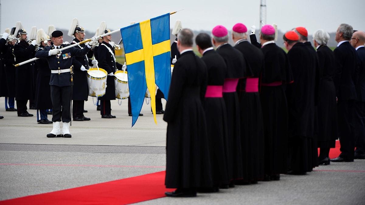 Människor tar emot påven på flygplatsen