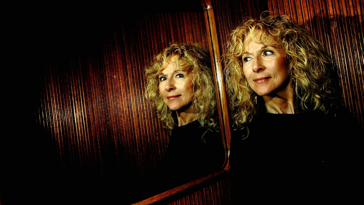 Merit Hemmingson står framför en spegel.
