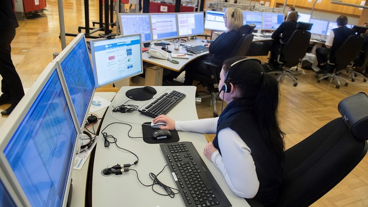SOS Alarms operatörer sitter framför datorskärmar och pratar i telefon.