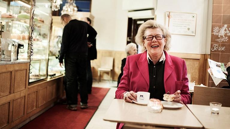 Birgitta Rasmusson sitter på ett café.