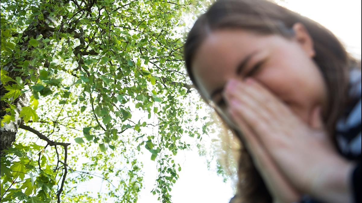 Kvinna  hyser av pollen