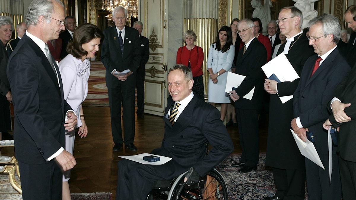 Arkivbild, Claes Hulting tar emot medalj av Kungen