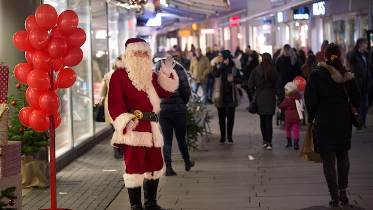 En jultomte på gågatan i Helsingborg där julklappsinköpen görs.
