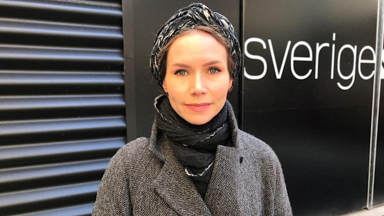 Nina Persson utanför Sveriges Radio i Malmö
