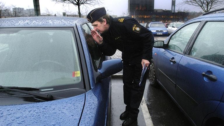 Polis vid bil