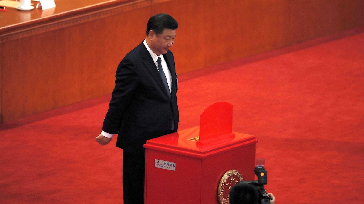 Xi Jinping står vid en talarstol.