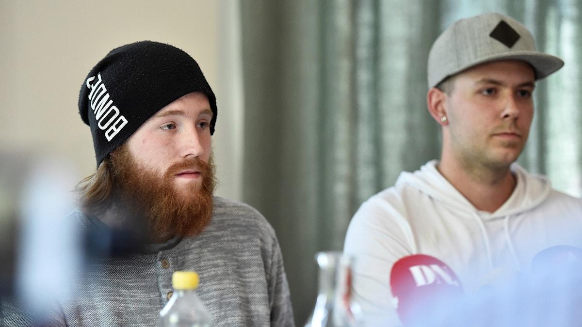 Bröderna Robin och Kevin sitter bredvid varandra vid ett bord under presskonferensen.