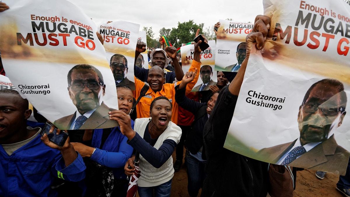 Människor på Harares gator protesterar mot Mugabe.