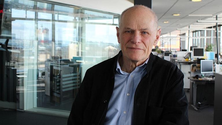 Kenneth Hermele ståendes utanför P4 Extra-studion i Göteborg