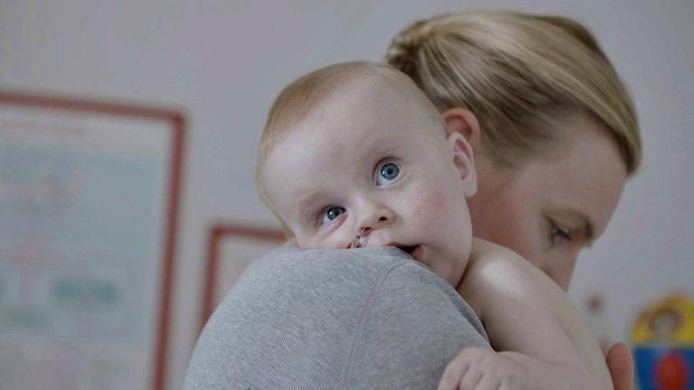 Litet barn på mammas axel