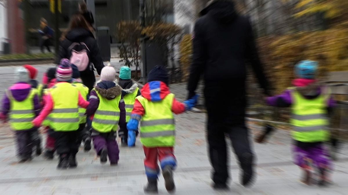 Förskolebarn på promenad