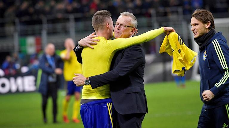 Sveriges förbundskapten Janne Andersson kramas om av Mikael Lustig efter slutsignalen i VM-kvalet.