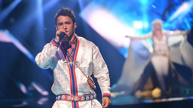Jon Henrik Fjällgren på scen i Melodifestivalen