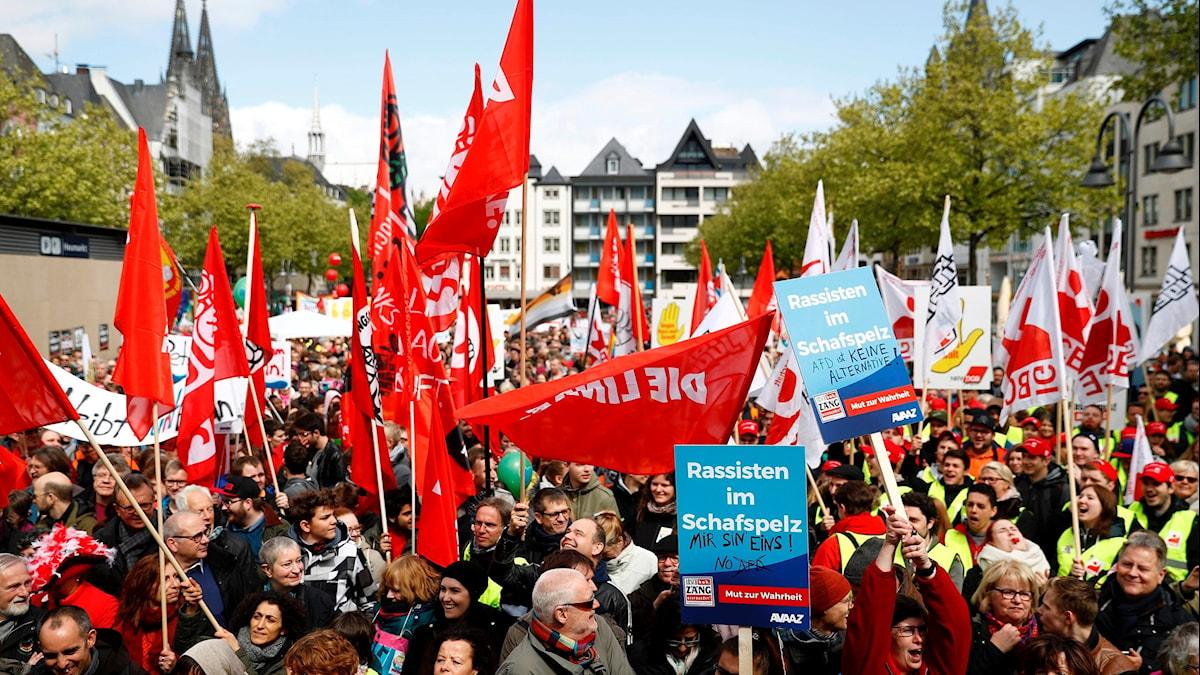 Gatorna fylldes med människor i Köln som demonstrerade mot främlingsfientlighet.