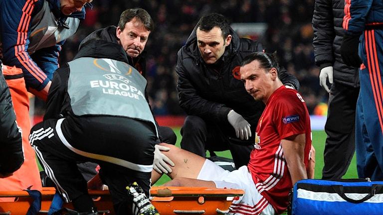 Zlatan blir omhändertagen efter sin knäskada.