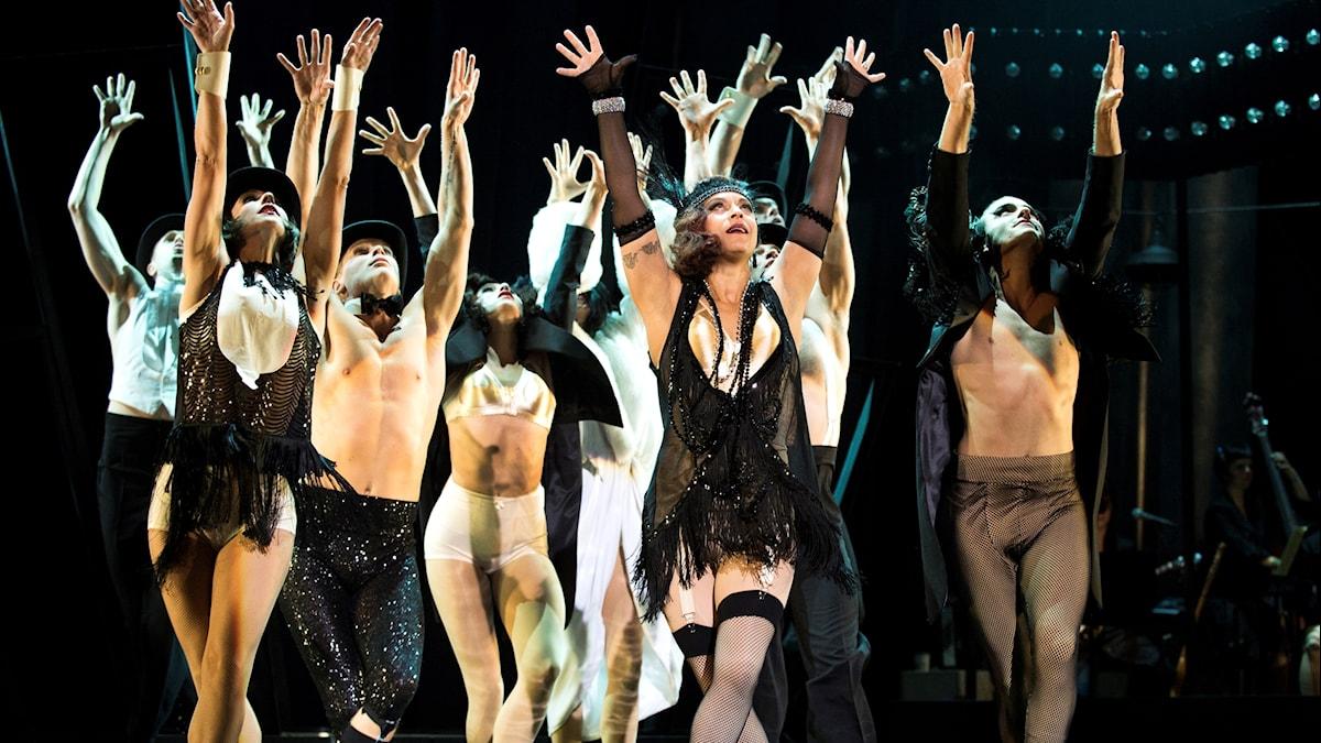 """Sharon Dyall och delar av ensemblen repeterar Broadwaymusikalen """"Chicago"""" på Kulturhuset Stadsteatern 2014."""