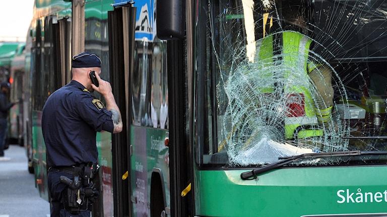 MALMÖ 2015-09-30 En kvinna blev på onsdagen påkörd av en buss vid Gustav Adolfs torg i Malmö. I nuläget är det oklart hur allvarligt skadad kvinnan är. Foto: Johan Nilsson / TT / Kod 50090