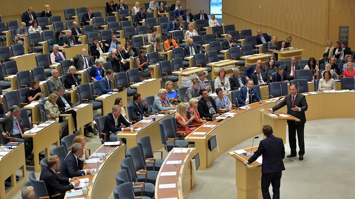 Partiledardebatt med riksdagsledamöterna sittandes bland åhörarna