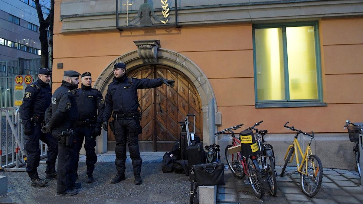 Poliser utanför rätten