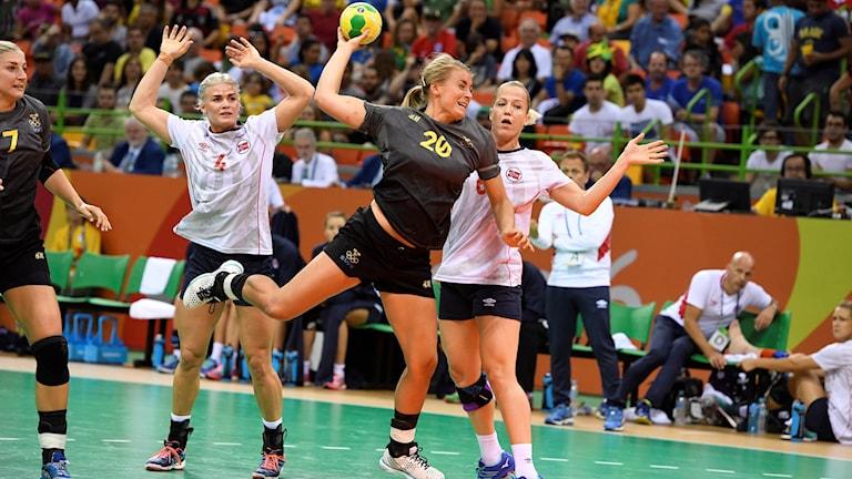 Isabelle Gulldén anfaller under olympiska kvartsfinal i handboll
