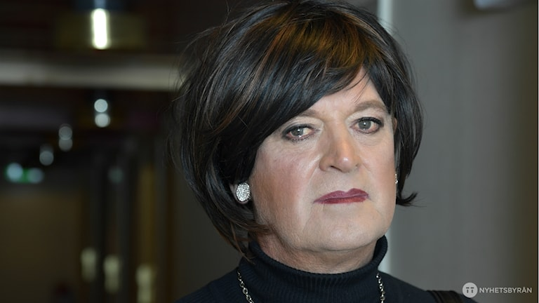 Kvinna i 60-årsåldern i svart hår.
