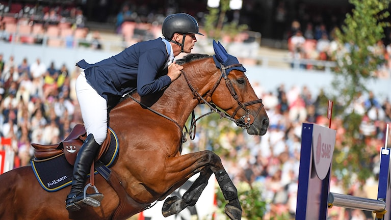 Peder Fredricson hoppar med hästen över ett hinder