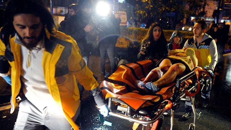 Ambulanspersonal tar hand om skadade.