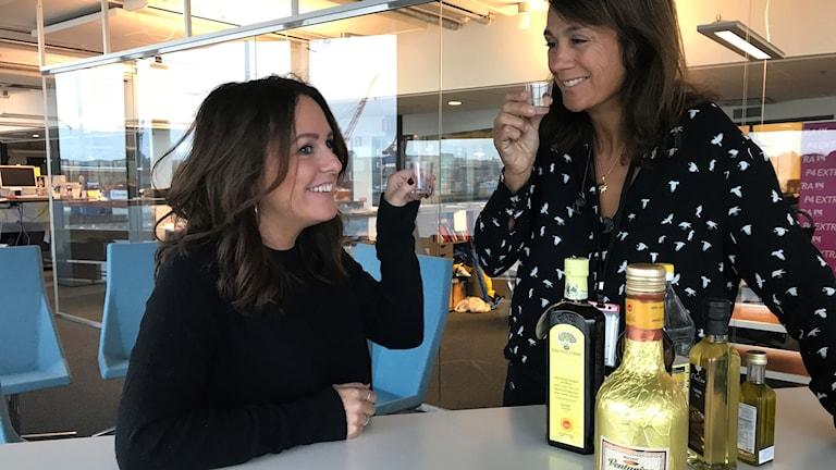 Sarit och Alexandra testar oljor