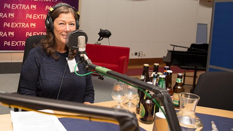 Marianne Wallberg med olika ölsorter
