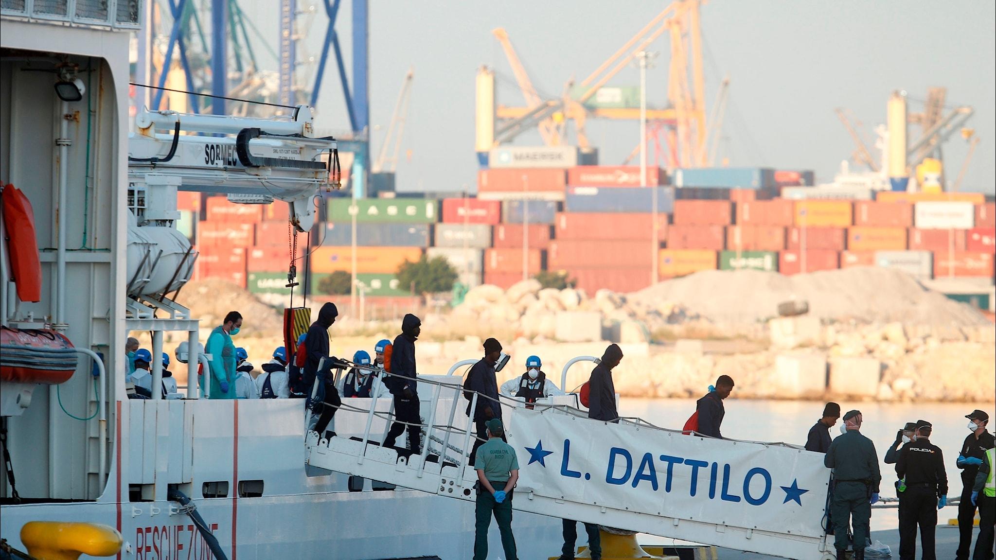 Migranterna anländer vid Valencias hamn.
