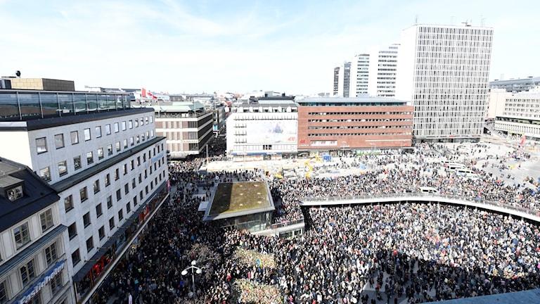 Tusentals människor på Sergels torg. Bilden är tagen ovanifrån.