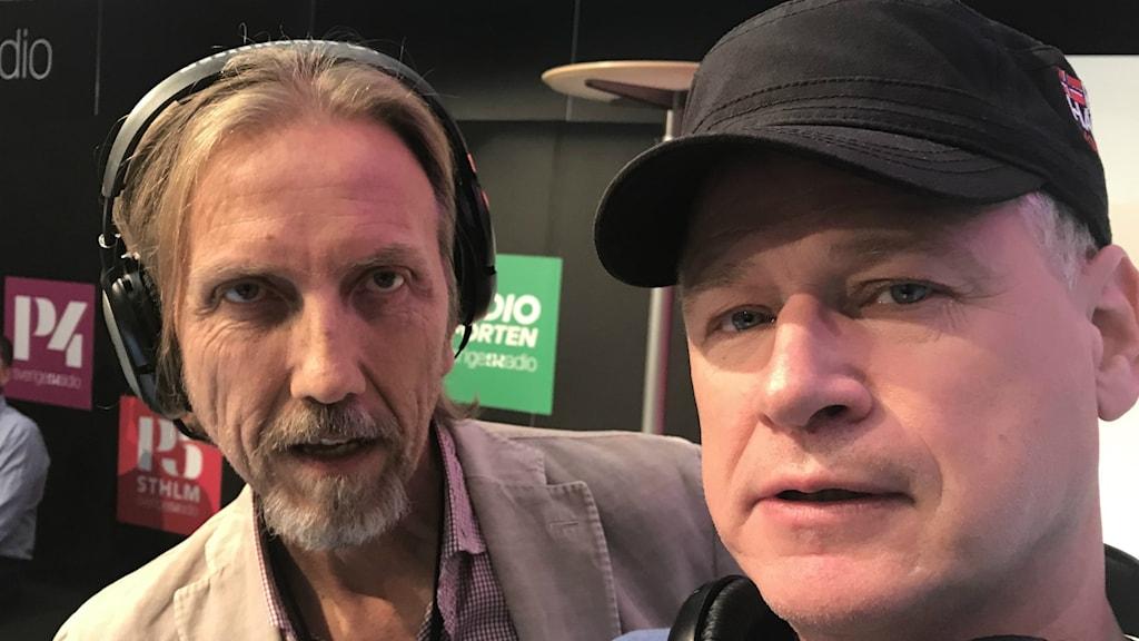 Två vita män i 60-årsåldern. Till vänster programledare med hörlurar. Till höger gäst med svart keps.