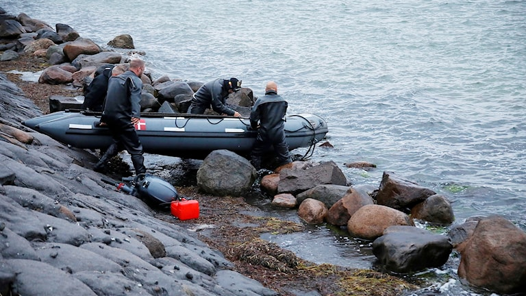 Dykare på väg ut med gummibåt.