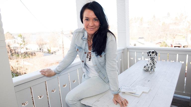 Sofia Wistam sitter på en veranda.