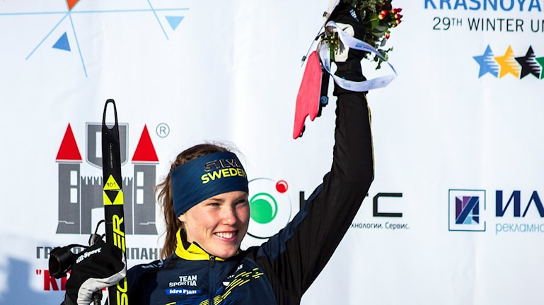 Tove Alexandersson vinkar från prispallen.