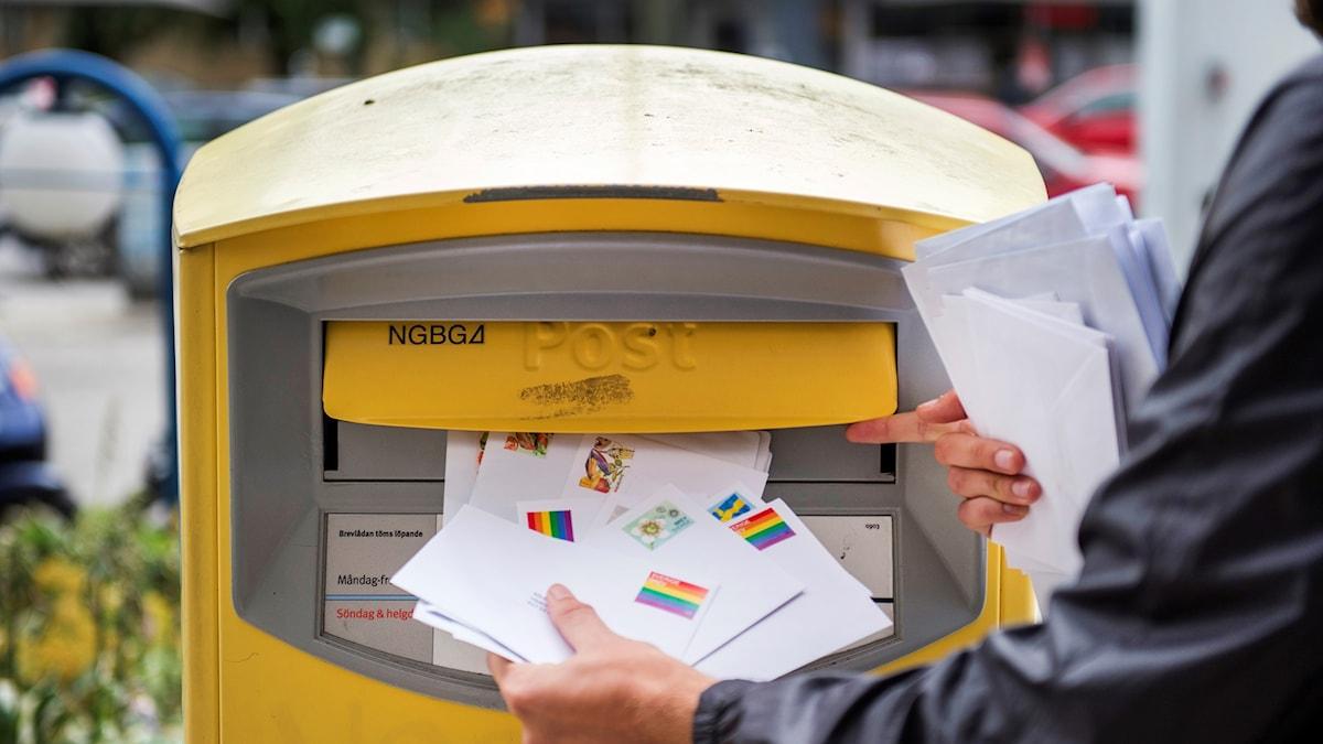 Brev som matas in i postlåda