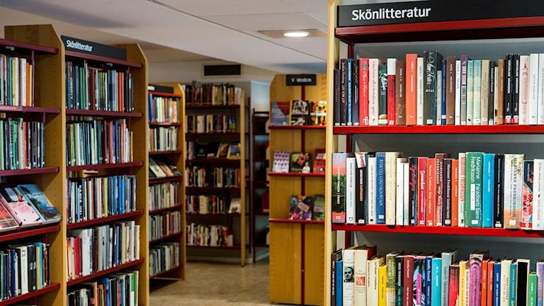 Avdelning för skönlitteratur på ett bibliotek.