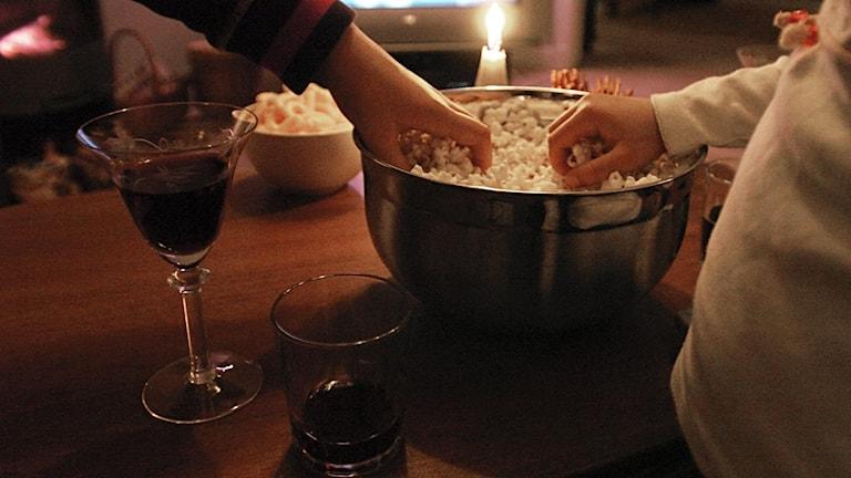 vinglas och skål med popcorn