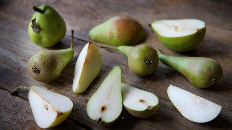 Uppskurna päron på ett träbord