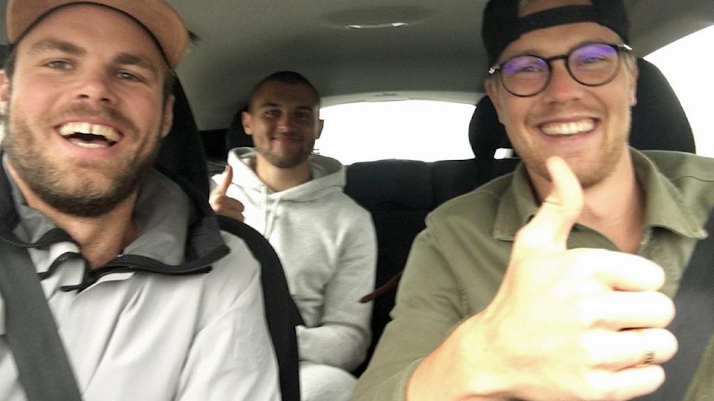 Tre personer i en bil.