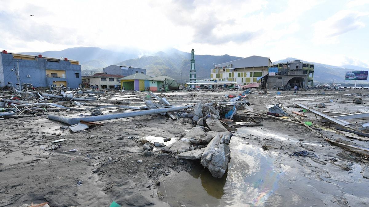 By förstörd av tsunami. Bråte och översvämning till följd.