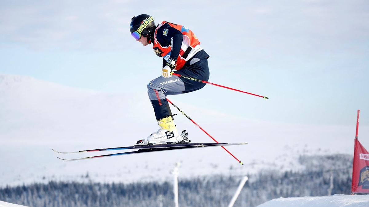 Victor Öhling Norberg hoppar med skidorna